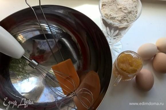 Взбить 4 яйца с 4 столовыми ложками меда. Добавить маленькую баночку нежирной 10–15% сметаны. Затем аккуратно порциями вмешать стакан просеянной муки.