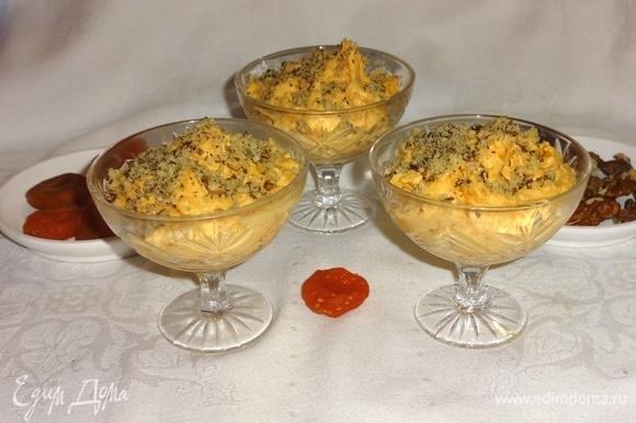 Крем посыпать орехами и подать к столу. Если готовите крем для праздника, то можно приготовить заранее и поставить в холодильник охлаждаться. Угощайтесь! Приятного аппетита!