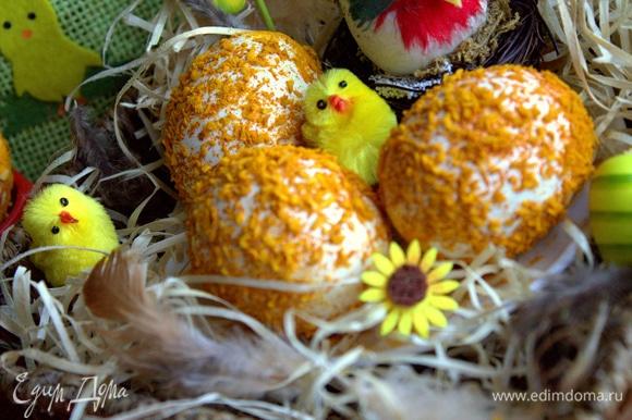 Сооружаем что-то вроде гнезда из сена и переносим туда подсохшие яйца.