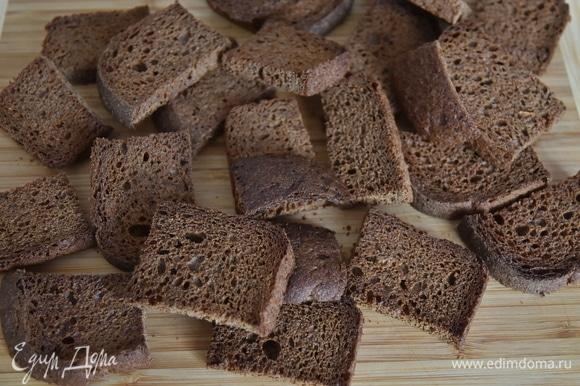 В течение получаса подсушить хлеб в духовке, разогретой до 180°C, однократно перевернув. Следите, чтобы хлеб не подгорел.