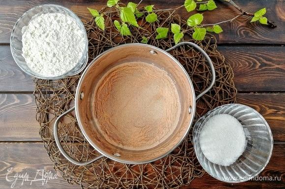 Готовим опару: в предварительно нагретое примерно до 35–40° С молоко добавляем 50 граммов сахара, 120 граммов муки и дрожжи. Перемешиваем.