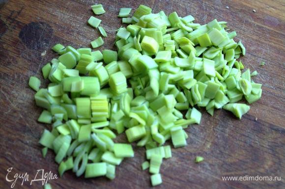 Зеленый лук или порей нарезать мелко.
