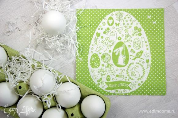 Я давно хотела сделать декор пасхальных яиц в монохромной цветовой гамме, и когда перед Пасхой увидела эту салфетку в магазине для творчества, сразу представила себе результат. Я пришла домой, нашла занавеску, которую вязала моя бабушка, белую корзинку, сварила яйца и начала творить.