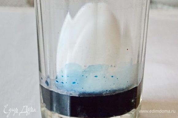 Теперь будем делать двойное яйцо и мраморное. Для начала разведем краситель в небольшом количестве воды и добавьте 1 ст. ложку уксуса. Опустите яйцо стоя. Оно должно опуститься лишь на часть. Оставьте на 20 минут.