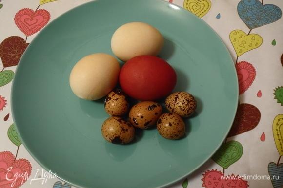Сварить яйца с добавлением любого натурального красителя: луковой шелухи, куркумы, шафрана.