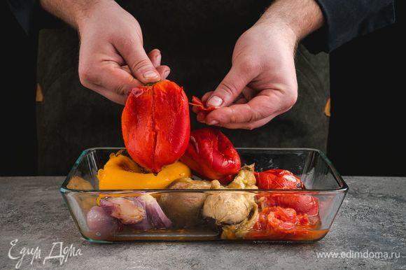 Готовые овощи остудите, снимите кожицу, перец очистите от семян.