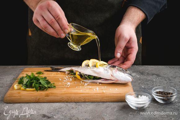 Посыпьте рыбу солью и перцем, полейте оливковым маслом, оставьте на 20 минут.