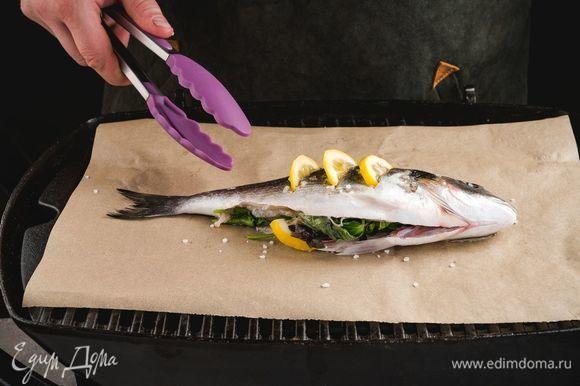 Обжарьте рыбу на гриле до готовности с двух сторон. При необходимости гриль можно выстелить пергаментом.