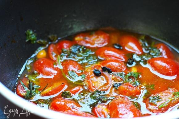 Разогрейте масло на сковородке на среднем огне, добавьте чеснок, красный перец и томите минуту. Добавьте помидоры и готовьте на среднем огне 9–12 минут. Добавьте вино (можно заменить куриным ароматным бульоном, но советую именно вариант с вином: алкоголь полностью выпаривается, а шлейф аромата и кисловатый вкус очень хорошо туда вписываются), перемешайте и доведите соус до кипения. Добавьте базилик, лимонный сок, лимонную цедру, соль, перец и готовьте еще 2 минуты. Снимите сковородку с огня и переложите соус в отдельную посуду.