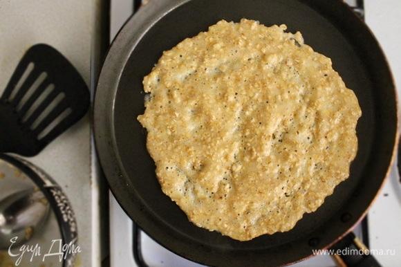 Выкладываем тесто на сухую раскаленную сковороду с антипригарным покрытием, распределяем ложкой. Овсяноблин выпекаем с 2 -х сторон, как обычный.
