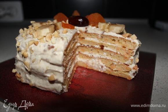 Смазываем кремом наши панкейки, украшаем на свой вкус тортик и убираем в холодильник на 3 часа.