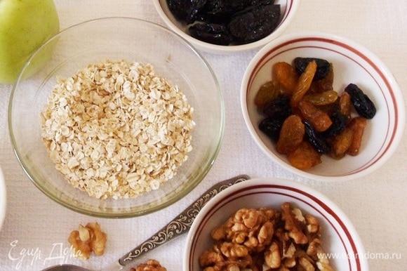 Основные продукты: овсяные хлопья, грецкие орехи, яблоко, банан, чернослив и изюм.