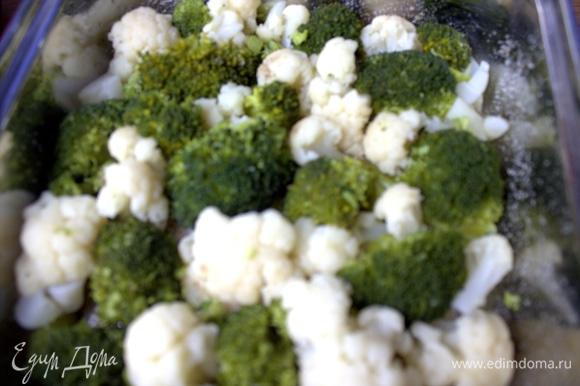 Форму смазать растительным маслом, присыпать сухарями. Распределить капусту по дну.