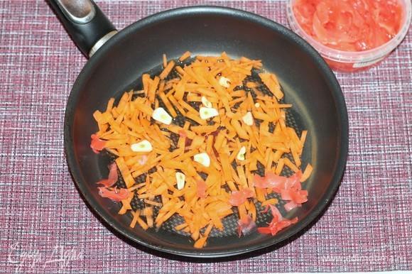 В большой кастрюле или сковороде с толстым дном, разогрейте оливковое и растительное масло (1:1) Положите тертую на крупной терке морковь, порезанный чеснок и имбирь (1 см, у меня маринованный имбирь — 1 ст. л.), тушите помешивая, минуты 3.