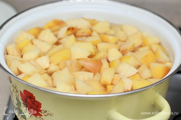 На этой фотографии я подготовила целую кастрюлю айвы. Если вы хотите сварить много компота, но у вас нет столько фруктов, то можете добавить в компот также яблоки или груши, они отлично сочетаются с айвой. Залейте фрукты водой, добавьте сахар. По желанию можете опустить в компот несколько долек лимона или 1 ст. л. лимонного сока. Варите компот до мягкости фруктов. После готовности дайте компоту полностью остыть. Попробуйте компот на вкус, подкорректируйте количество сахара по вашему вкусу. Если слишком сладко, добавьте кипяченной воды, если сладости на ваш вкус маловато, добавьте мед или сахар.