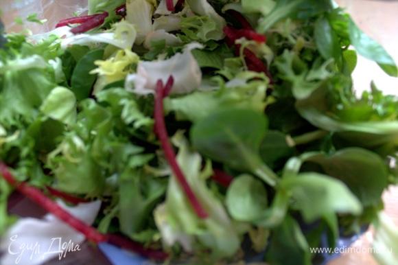 Используем также готовую салатную смесь. У меня с вкраплениями свекольной стружки, но можно простой айсберг взять.