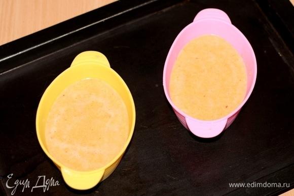 В силиконовые формочки (не смазываем маслом) выкладываем чечевичное тесто до середины формы.