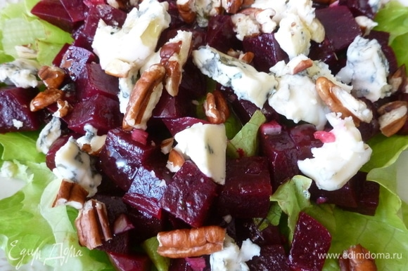 Нарвать салатные листья кусочками, положить их на тарелку. Сверху салата разложить нарезанную свеклу, кусочки сыра с голубой плесенью и орехи пекан. Добавить щепотку кристаллов соли, поперчить и полить оливковым маслом.