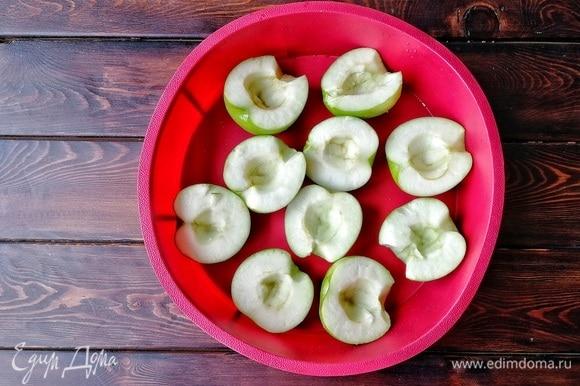 Начнем с приготовления яблочного пюре. Духовку разогреваем до 180°C. Кислые яблоки моем, убираем сердцевину, кладем в форму и ставим запекаться до готовности. У меня ушло 40 минут. На фото вы видите много яблок, хотя хватит и 2-х. Деткам заодно запекла, уж очень любят!