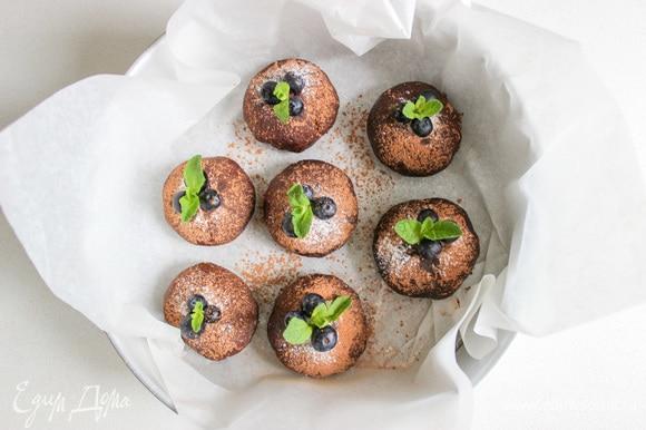 Украсьте пирожные сахарной пудрой, ягодами голубики и мятой. Приятного аппетита!
