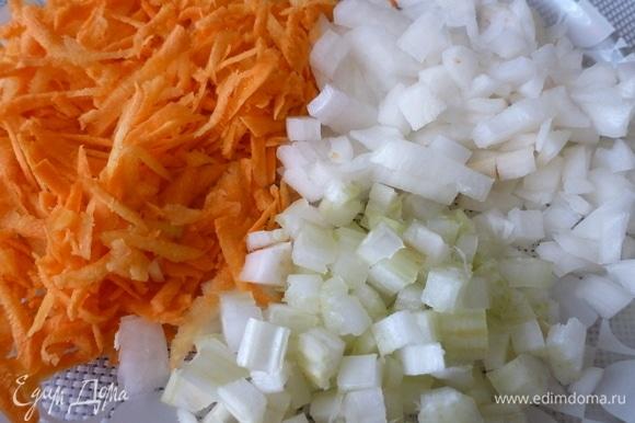 Лук и сельдерей нарезать кубиком, морковь натереть на терке.
