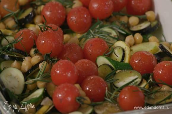 Разложить поверх овощей отваренный нут, посыпать все листьями розмарина, тимьяна и майорана.