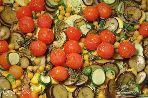 Запекать овощи в разогретой духовке 20‒30 минут до готовности.