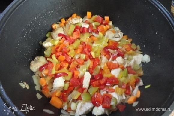 Добавить сладкий болгарский перец и продолжить обжаривать, помешивая.