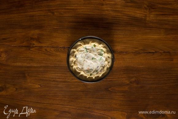 Ровным слоем, равномерно распределяя ингредиенты по дну пирога, выложите начинку и поверх нее — соус. Если соус успел немного застыть, подогрейте его, прежде чем выкладывать в форму, помешивая лопаточкой, пока он не разойдется до прежней консистенции. Борта теста немного приподнимите и сделайте защипы, не закрывая пирог, но немного натягивая бортик на начинку. Выпекайте 30 минут при температуре 175°C. Полностью остудите и подавайте на стол.