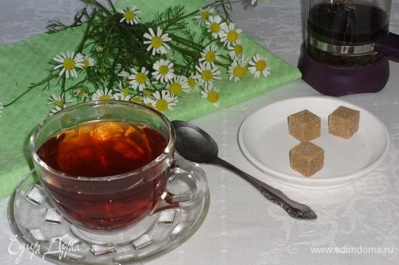 Готовый чай процедить и разлить по чашкам. Подавать с сахаром или медом. Угощайтесь! Приятного аппетита!