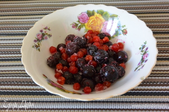 Используем для компота замороженные ягоды: вишню, смородину красную и черную. Загружаем все ягоды в кастрюлю.