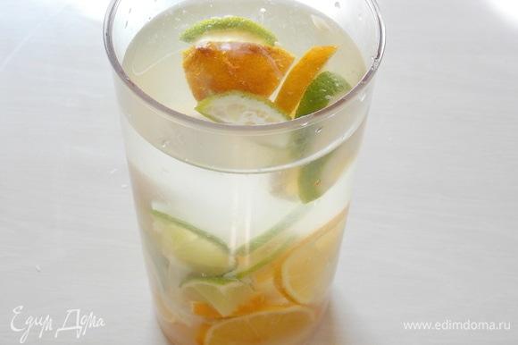 В чашу блендера налейте воду, желательно очищенную через фильтры «АКВАФОР», и сложите все ингредиенты.