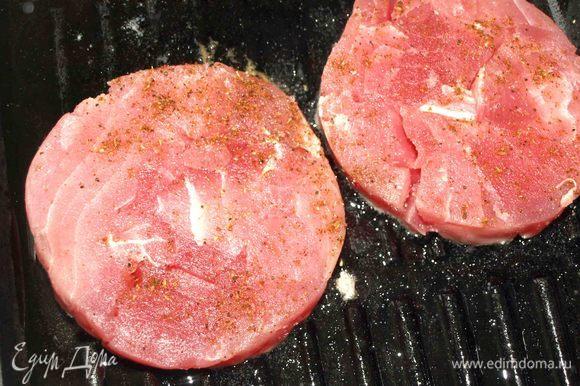 На хорошо разогретой сковороде с добавлением растительного масла обжариваем медальоны из тунца 3–5 минут с каждой стороны (до необходимой вам готовности).