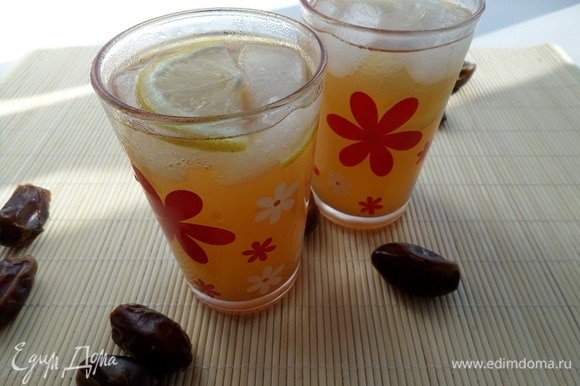Подаем напиток, добавив лед и пару долек лимона.