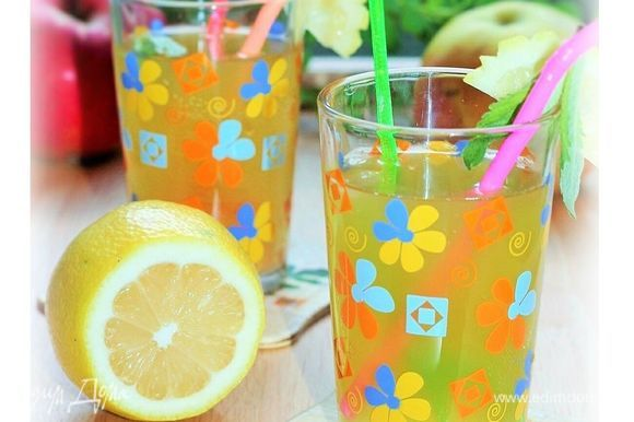 Готовый напиток разлейте по стаканам со льдом и украсьте кружочками лимона. Если хотите получить освежающий летний напиток с выраженным вкусом, то не добавляйте сахарный песок.