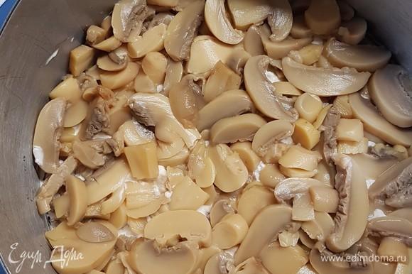С консервированных шампиньонов слить воду и выложить сверху мясо, смазать майонезом.