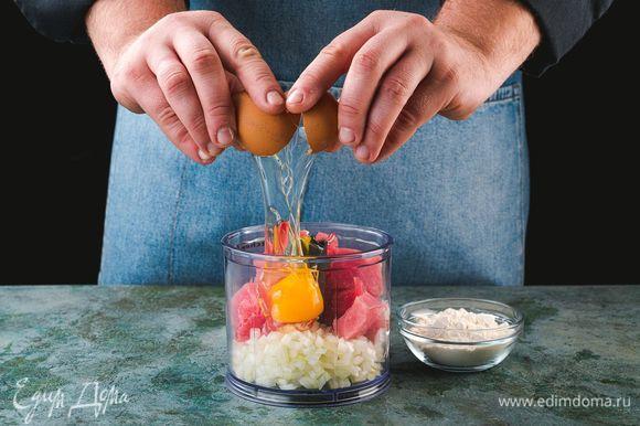 В чаше блендера соедините рыбу, яйцо, лук и муку. Посолите, поперчите и взбейте до состояния пюре.