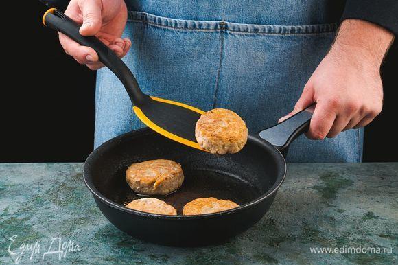 Сформируйте круглые плоские котлеты и обжаривайте их на сковороде, смазанной растительным маслом, по 4–5 минут с каждой стороны.