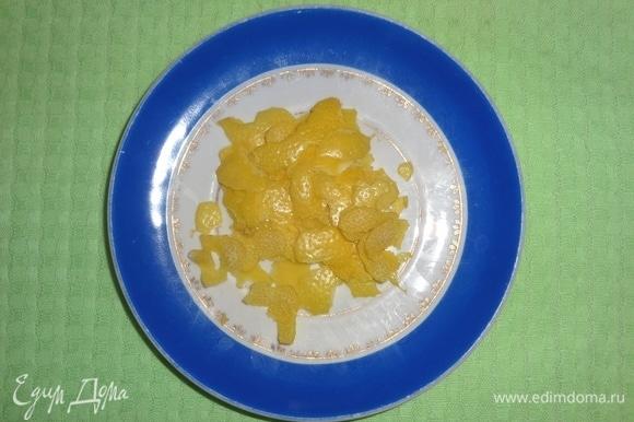 Лимон вымыть, обсушить, аккуратно снять цедру, не затрагивая белую часть.