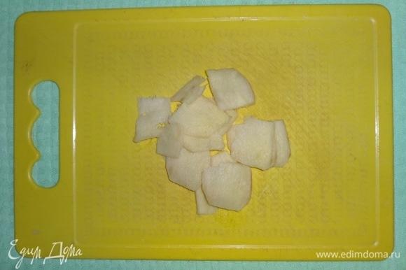 Корень имбиря вымыть, очистить и нарезать тонкими пластинами.
