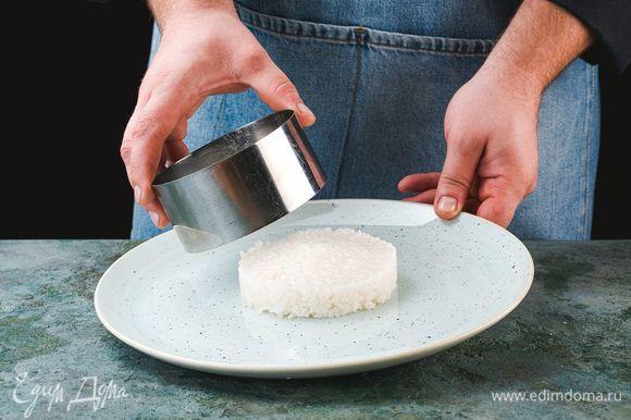 Выложите рис в сервировочное кольцо.