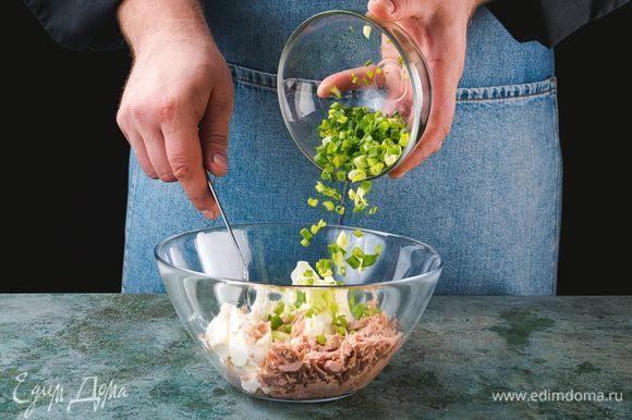 Добавьте творожный сыр и измельченный зеленый лук, перемешайте.