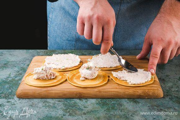 Намажьте блинчики толстым слоем приготовленной смеси.