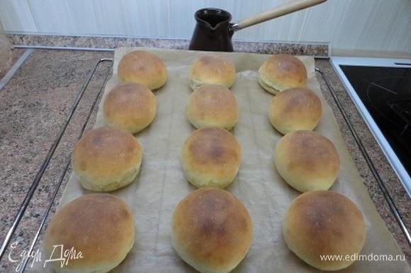 Когда булочки покроются золотистой корочкой, достаньте их из духовки, дайте остыть.