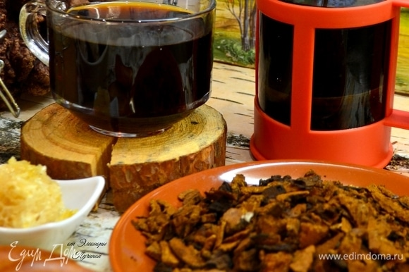 Для вкуса можно добавить мед. Если же при заваривании добавить ароматные травы, получится очень приятный напиток, который вполне заменит чай.