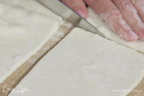Слегка раскатать пласт теста на присыпанной мукой поверхности и разрезать его на коржики прямоугольной формы.