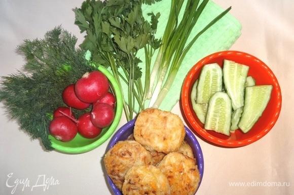 Вкусные капустные котлеты готовы. Подаем к столу или берем с собой на пикник в горячем или холодном виде со свежими овощами, зеленью, соусами. Угощайтесь! Приятного аппетита!