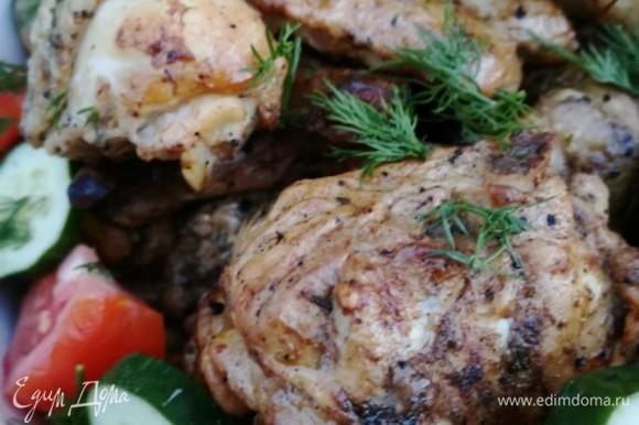 Подать готовое сочное мясо с овощами.