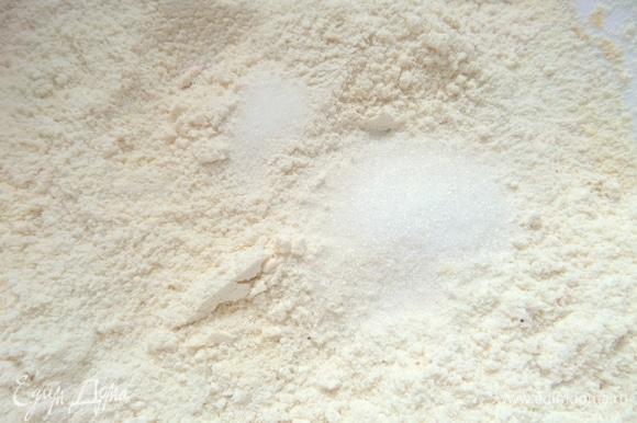 Добавить мелкую соль и сахар.