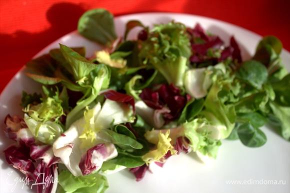 В это время на большую тарелку выкладываем салат. У меня микс уже помытый.